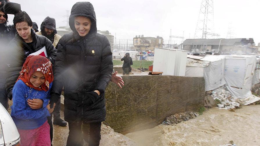 انجلينا جولي مع اللاجئين في سهل البقاع بلبنان
