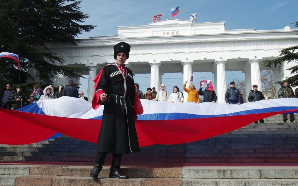 المشاركين في  الاحتفالات بمناسبة الذكرى الثانية لضم شبه جزيرة القرم إلى روسيا في سيفاستوبول