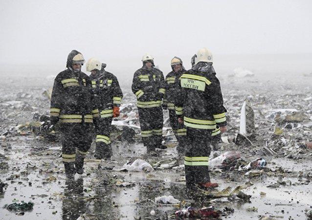 رجال الانقاذ الروس فى مكان تحطم الطائرة المنكوبة فى روستوف