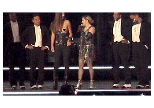 مغنية البوب الأمريكية مادونا تقوم بفعل فاضح على المسرح