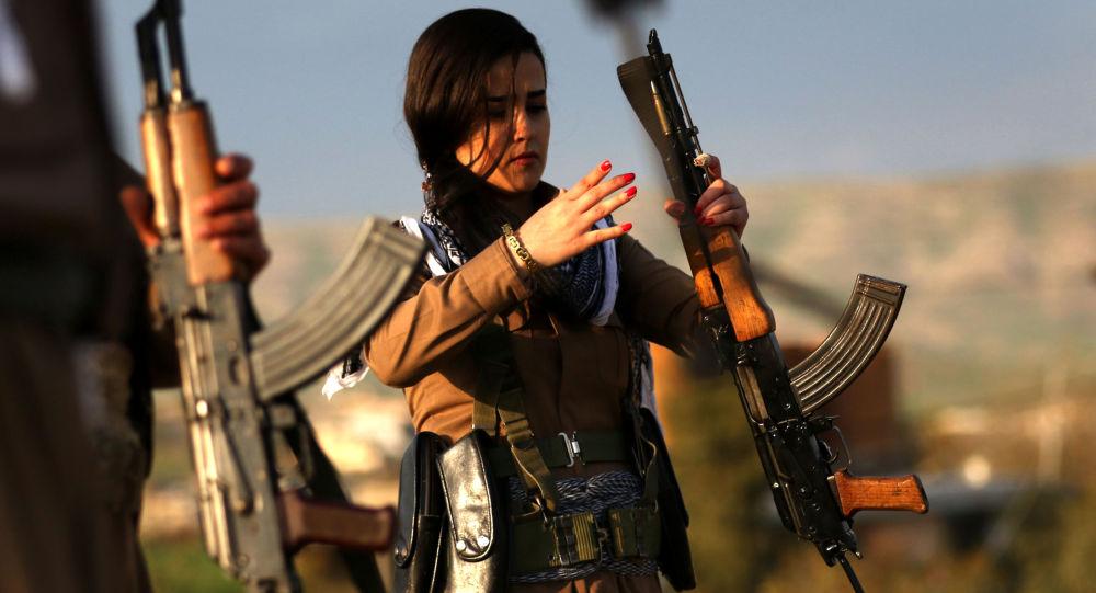 فتاة كردية من البشمرقة التابعة للحزب الديموقراطي الكردستاني (الإيراني) تشارك في التحضيرات للإحتفال بعيد النوروز (عيد رأس السنة الفارسية)، إربيل شمال العراق، 19 مارس/ آذار 2016.