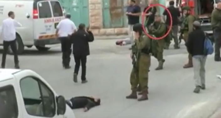 جندي إسرائيلي يطلق النار على فلسطيني