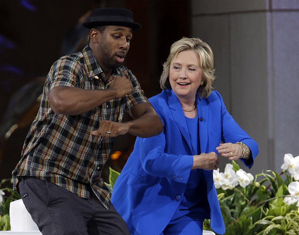 المرشحة للانتخابات الرئاسية من الحزب الديموقراطي هيلاري كلينتون ترقص مع فنان ألدي جي ستيفين خلال فقرة استراحة في البرنامج التلفزيوني إيلين ديجينيريز شو، 8 سبتمبر/ أيلول 2015.