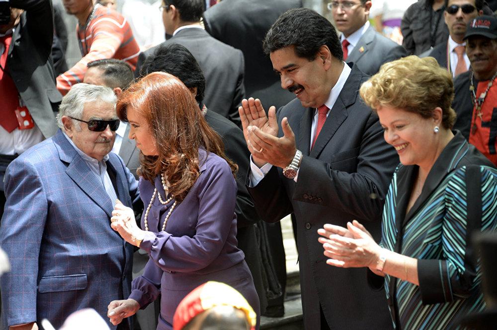 الرئيسة الأرجنتينية كريستينا كريتشنر ورئيس أوروغواي جوزي موجيكا ورئيس فنزويلا نيكولاس مودارو يرقصون بينما رئيسة البرازيل تصفق لهم، 29 يوليو/ تموز 2014.