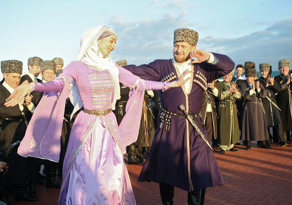 رئيس جمهورية الشيشان رمضان قاديروف يشارك في الرقصة التقليدية الشيشانية، الشيشان.