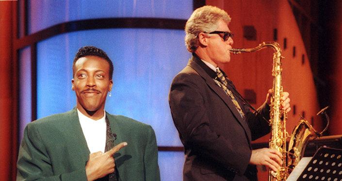 الرئيس الأمريكي بيل كلينتون يلعب على الآلة الموسيقية ساكسوفون بلوس أنجيلوس، 3 يونيو/ حزيران 1992.