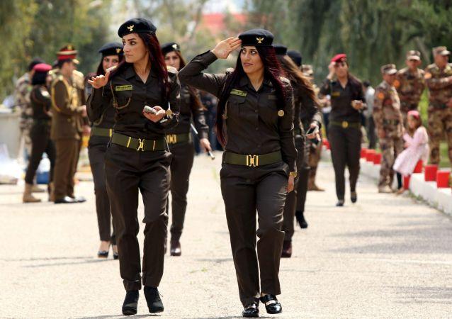 نساء البشمركة الكردية أثناء مراسم تسليم شهادات دبلوم أكاديمية الشرطة في العراق، 30 مارس/ آذار 2016.