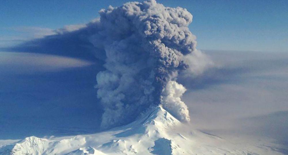 بركان بافلوفا الثائر في جزر ألوتيان، آلاسكا 28 مارس/ آذار 2016.