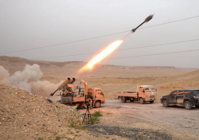 قوات الجيش السوري وكتيبة صقور الصحراء عند تحرير تدمر، سوريا.
