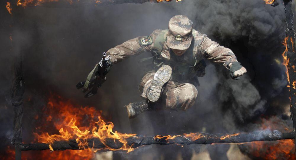 فرد من الجيش الشعبي الصيني الحر خلال التدريبات العسكرية في محافظة هيلونغجيانغ، الصين 26 مارس/ آذار 2016.