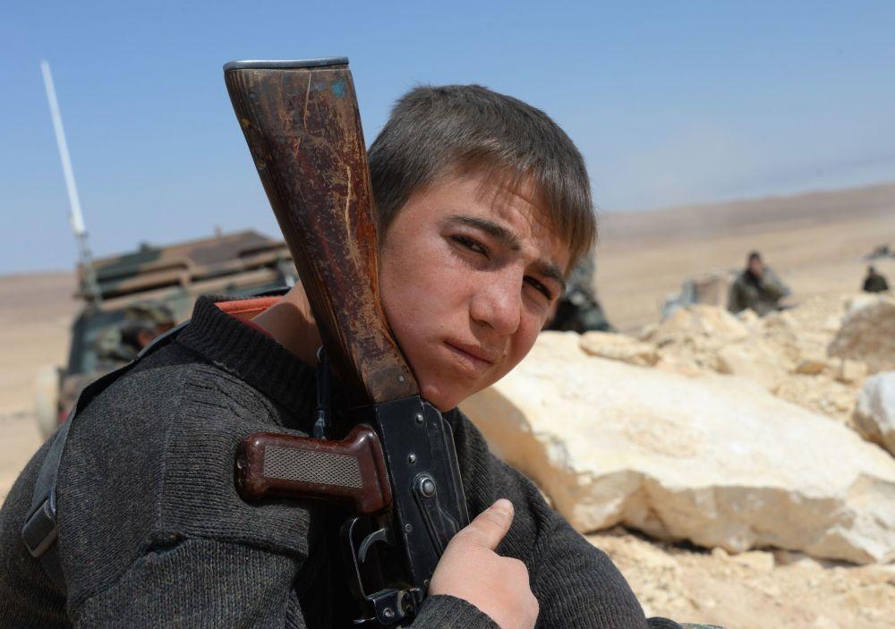 فرد من قوات الجيش العربي السوري خلال تحرير مدينة القريتين