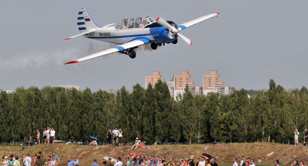 طائرة ياك-52 خلال مهرجان العرض الجوي .