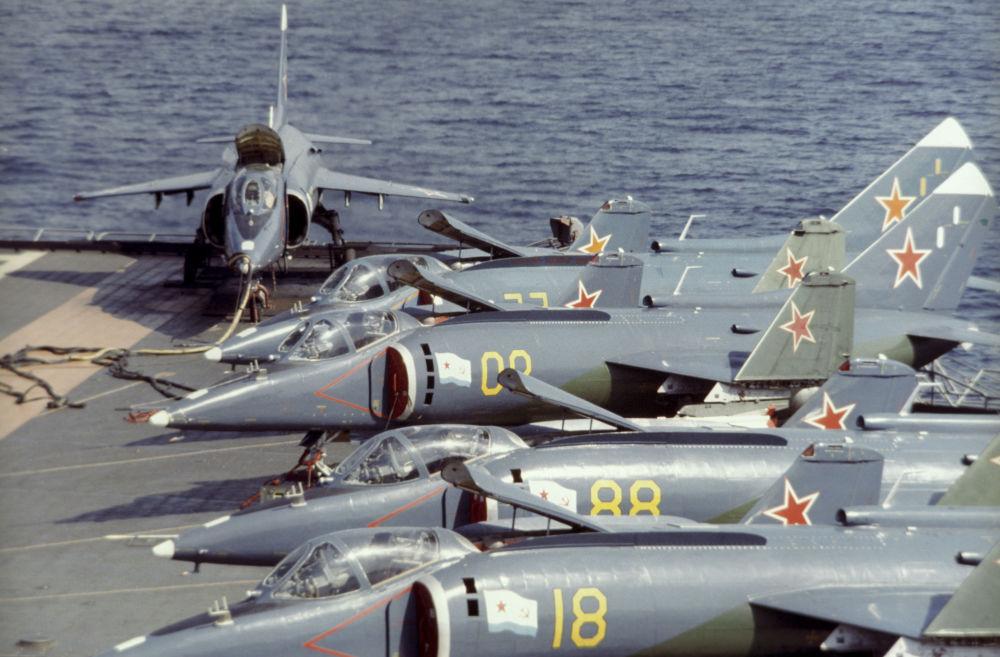 طائرة ياك-38 على متن حاملة الطائرات نوفوروسيسك.