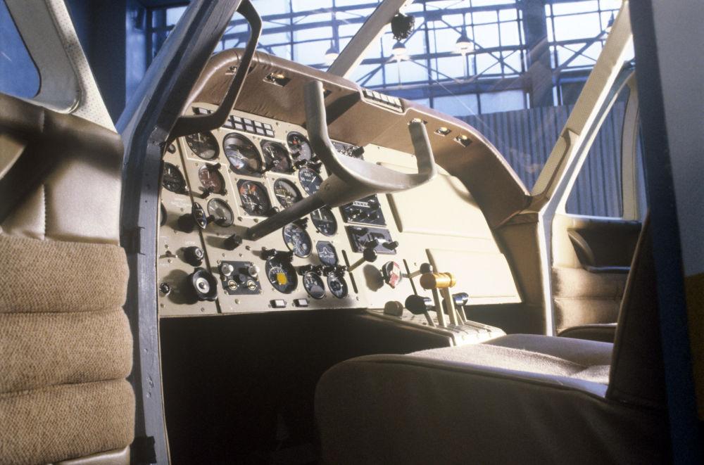 قمرة قيادة القبطان لطائرة ياك-58.