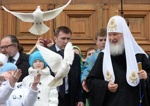 بطريرك موسكو وعموم روسيا كيريل يطلق حمام أبيض في السماء تكريماً لعيد البشارة.
