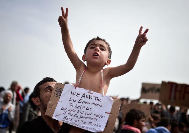 طفل لاجئ من سوريا، يحمل لافتة مكتوب عليها نطلب من حكومات الاتحاد الأوروبي مساعدتنا. وسوف نقتل أنفسنا لو قررت إعادتنا إلى تركيا. لا، لا، لا لتركيا!، مخيم خيوس للتسجيل باليونان، 3 ابريل/ نيسان 2016.