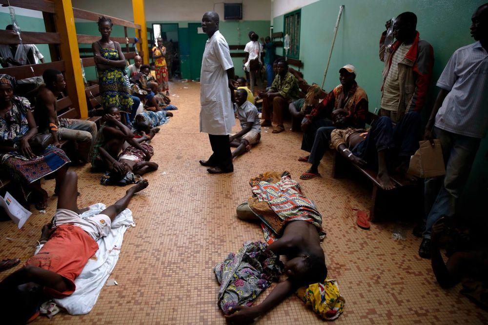 مرضى في إنتظار دورهم إلى الطبيب في بانغوي،  بجمهورية أفريقيا الوسطى.