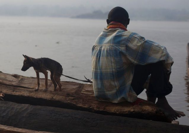 صياد يجلس في قاربه في مدينة بانغوي، جمهورية أفريقيا الوسطى.