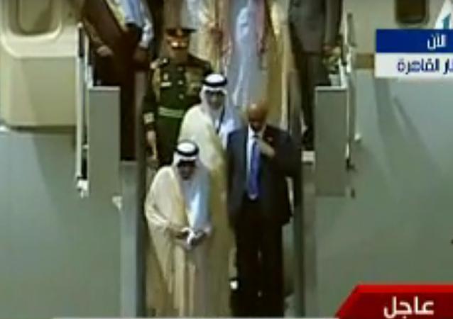 حارس ملك السعودية الشخصي يلقى بـمنديل فى مطار القاهرة