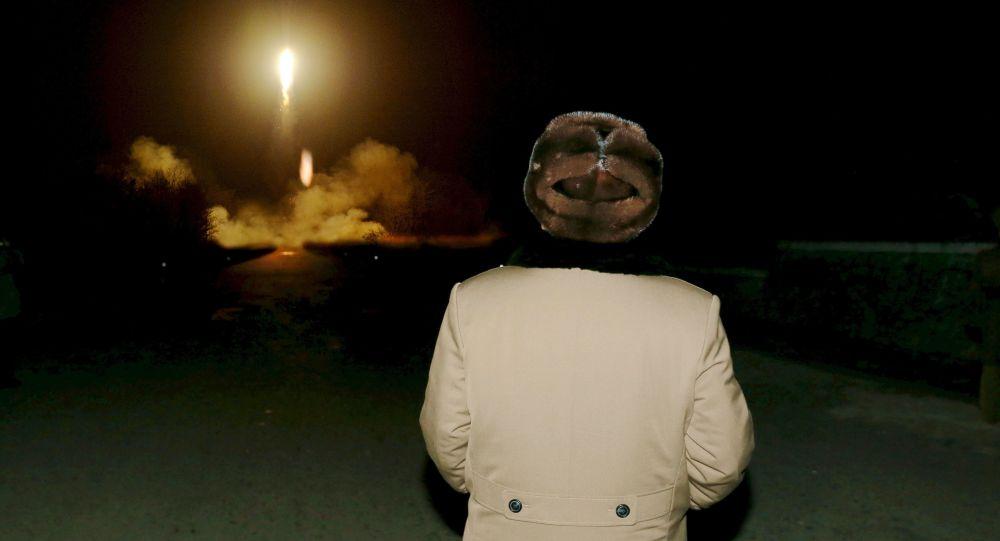 كيم جونغ اون ييشاهد إطلاق صاروخ