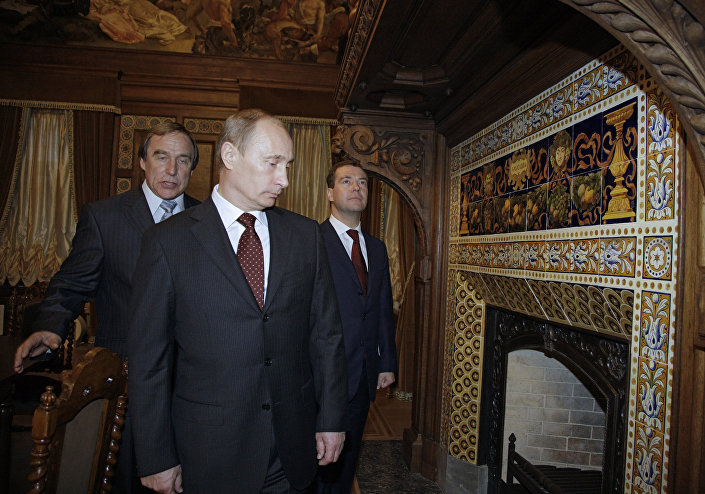 فلاديمير بوتين ودميتري ميدفيديف وسيرغي رولدوغين، رئيس مؤسسة دار الموسيقى