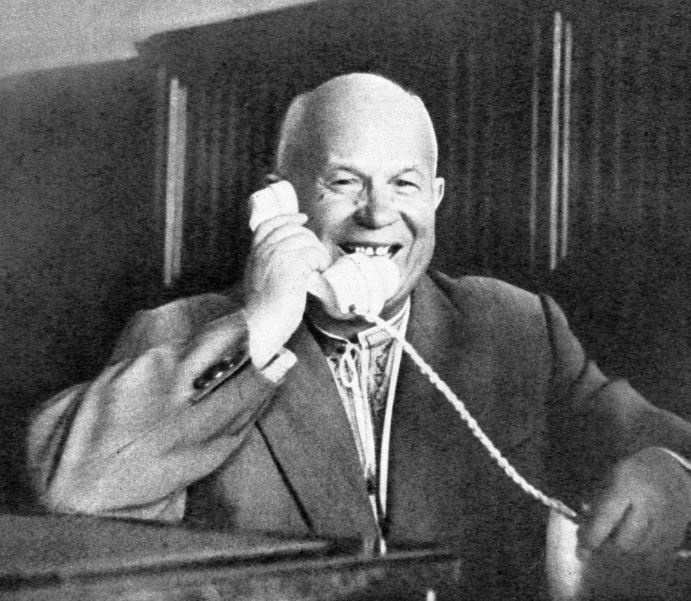 الأمين الأول للجنة المركزية للحزب الشيوعي لمجلس وزراء الاتحاد السوفياتي نيكيتا خروتشوف يتحدث على الهاتف مع رائد الفضاء الأول في العالم يوري غاغارين