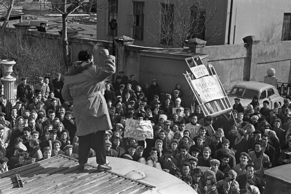 تجمع حشودات من المواطنين يوم رحلة يوري غاغارين إلى الفضاء