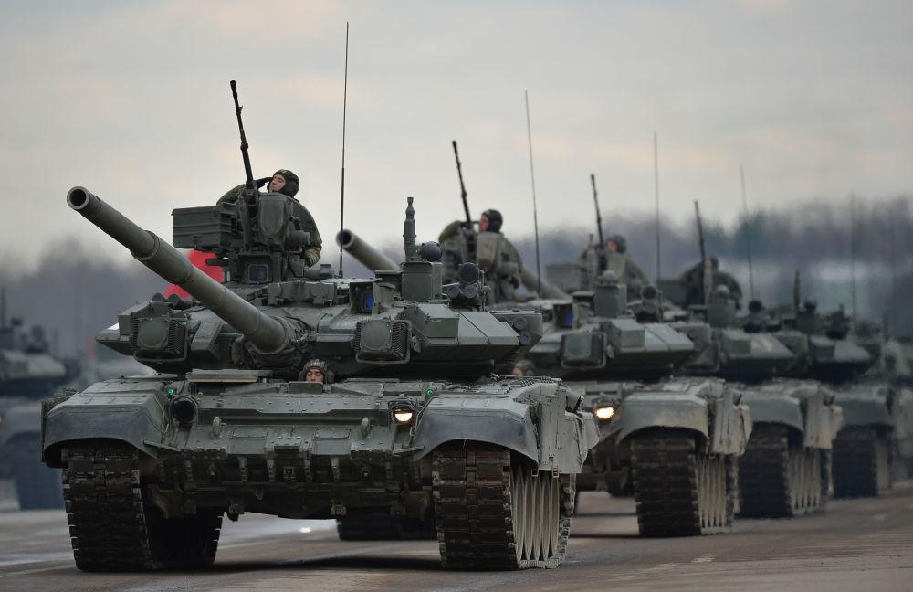 دبابات تي - 90 إيه التابعة لقوات حامية موسكو للمنطقة المركزية العسكرية، خلال التدريبات قبل العرض العسكري المخصص لإحياء الذكرى الـ 71 لعيد النصر في الحرب الوطنية العظمى (1941-1945)، في حقل عسكري ألابينو بمقاطعة موسكو .