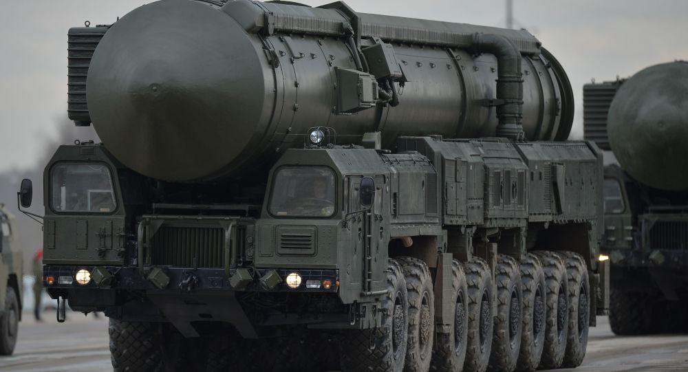 النظام الصاروخي الباليستي يارس العابر للقارات، خلال التدريب للعرض العسكري المخصص لإحياء الذكرى الـ 71 لعيد النصر في الحرب الوطنية العظمى (1940-1945)، في حقل عسكري ألابينو بمقاطعة موسكو المشاركة.