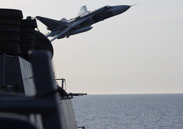 سوخوي 24 تحلق فوق سفينة حربية أمريكية