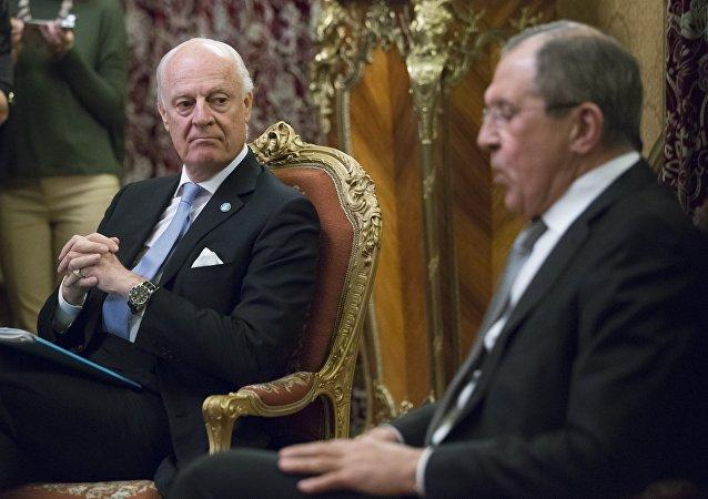 وزير الخارجية الروسي سيرغي لافروف ودي ميستورا