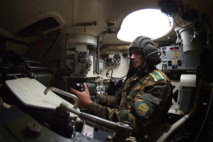 جندي من قوات الإنزال الجوي داخل المدرعة بي.ام.بي-4، خلال العسكرية في كلية مارغيلوف العليا لقوات الإنزال الجوي في ريازان