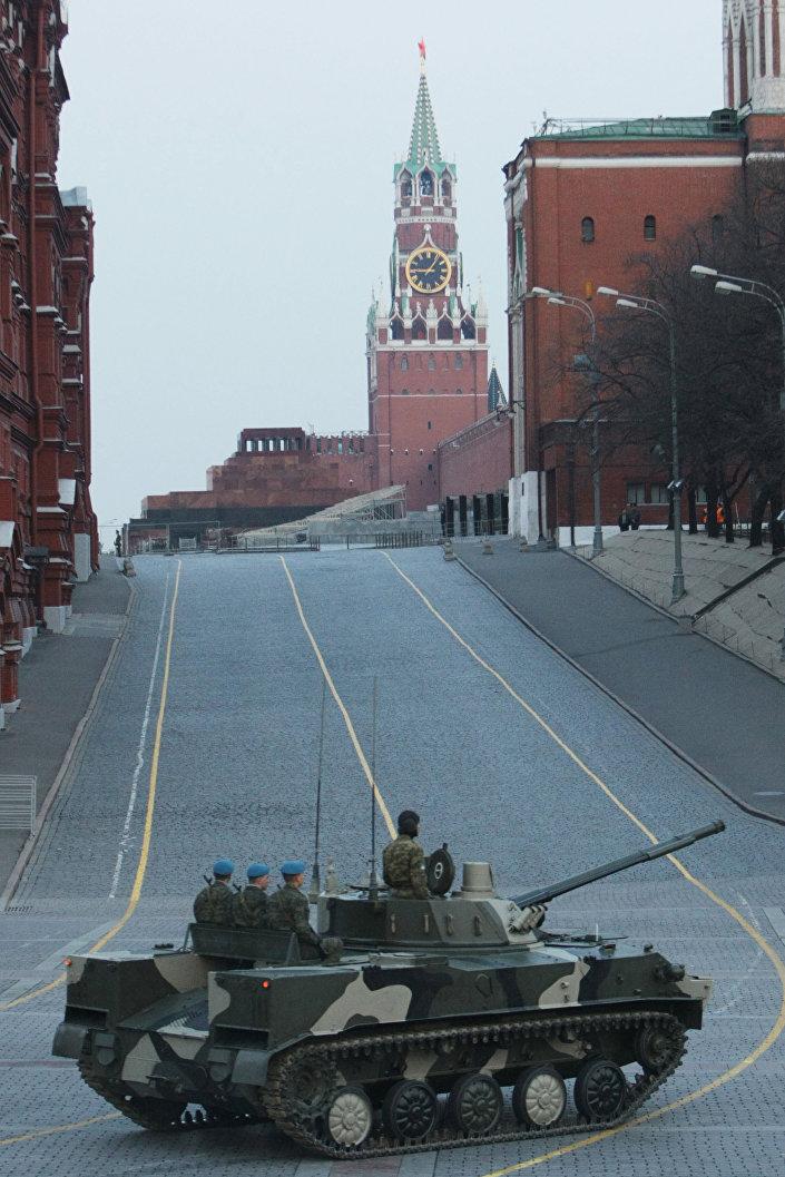 المدرعة الروسية بي.ام.دي-4 خلال التحضيرات لعيد النصر في موسكو.