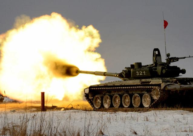 دبابة Т-72 خلال مشاركتها في مسابقة حقل الدبابات في بريمورسكي كراي بروسيا