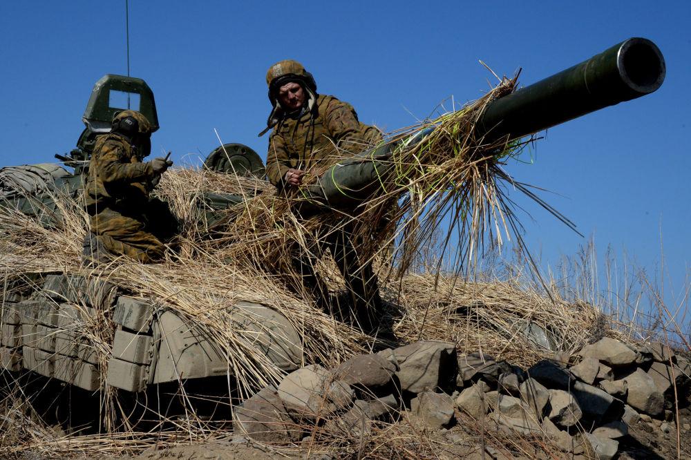 قوات الجيش الروسي خلال االتدريبات العسكرية على دبابات Т-72 في منطقة بريموري بروسيا