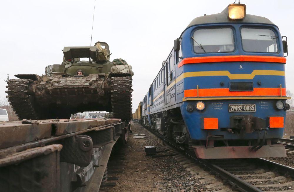 تحميل دبابات  T-72 على أرصفة السكة الحديدية في مقاطعة كالينينغراد، لتوصيلها إلى مدينة غوسيفو بإقليم كالينينغراد، حيث ستقام  التدريبات العسكرية.