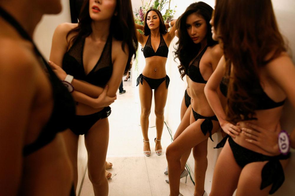 عارضات أزياء أثناء العرض ميس يونيفيرس لأزياء تيافني في بانكوك بتايلاند، 10 أبريل/ نيسلن 2016.