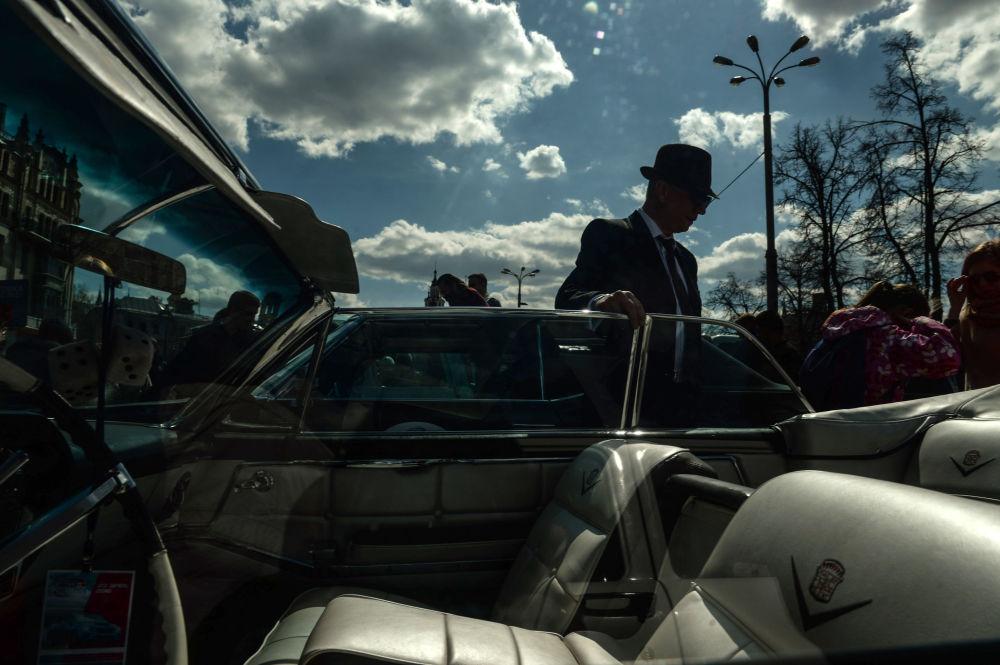 الزوار والمشاركون في معرض للسيارات الكلاسيكية القديمة في موسكو