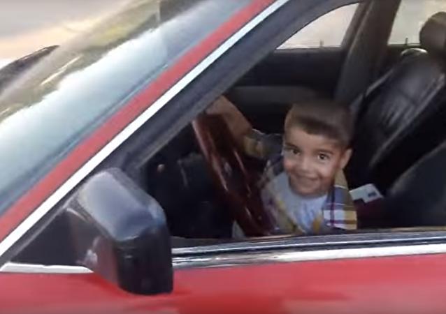 طفل عراقي يقود السيارة بمهارة فائقة