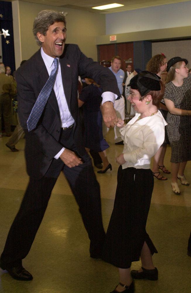 وزير الخارجية الأمريكي جون كيرى يرقص