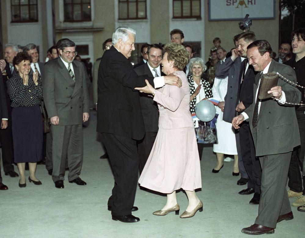 الرئيس الروسي السابق بوريس يلتسين يرقص مع زوجته