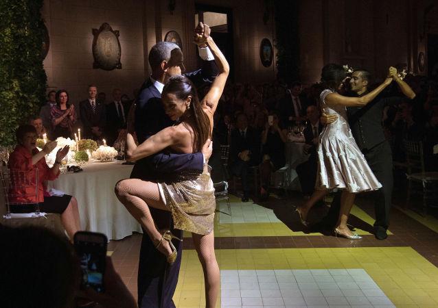الرئيس الأمريكي باراك أوباما وزوجته ميشيل يرقصان