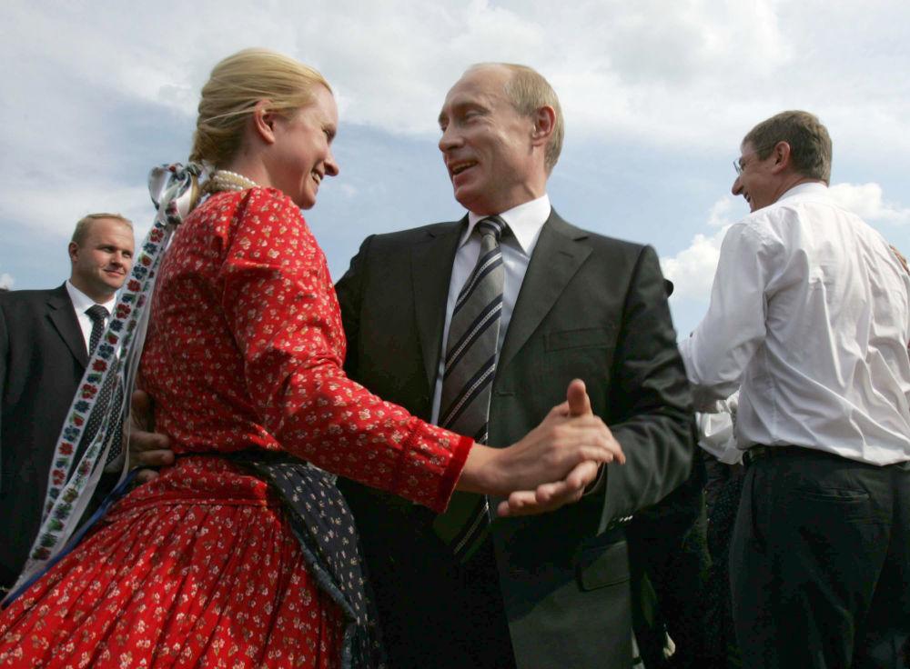 الرئيس الروسي فلاديمير بوتين يرقص