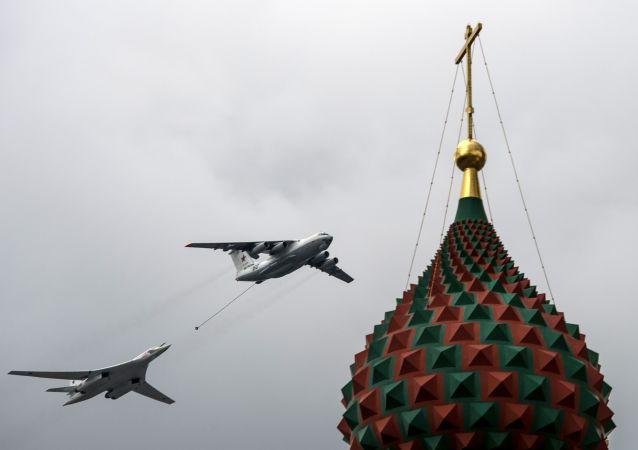 الناقلة الجوية إيل-78 و طائرة تو-160 حاملة الصواريخ من طراز توبل، خلال العرض العسكري الجوي التجريبي بمناسبة إحياء الذكرى الـ 71 لعيد النصر في الحرب الوطنية العظمى (1941-1945)
