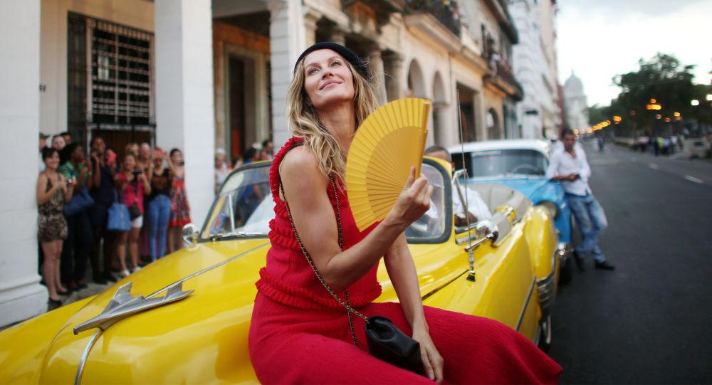 عارضة الأزياء البرازيلية جيزيل بوندشين قبيل عرض أزياء شانيل في هافانا، كوبا، 3 مايو/ آيار 2016.