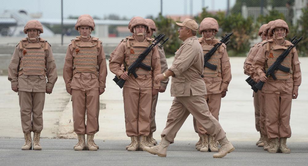 الجنود الروس خلال البروفة العامة للعرض العسكري بمناسبة إحياء الذكرى الـ 71 لعيد النصر، في القاعدة العسكرية حميميم في سوريا.