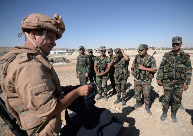 ضباط الجيش الروسي يعلّمون الجنود السوريون آلية رفع الألغام في تدمر بسوريا، 5 مايوم/ آيار 2016.