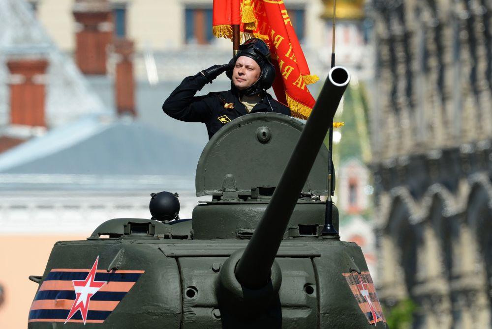 دبابة تي-34-85 على الساحة الحمراء بموسكو خلال العرض العسكري بمناسبة الذكرى الـ 71 لعيد النصر