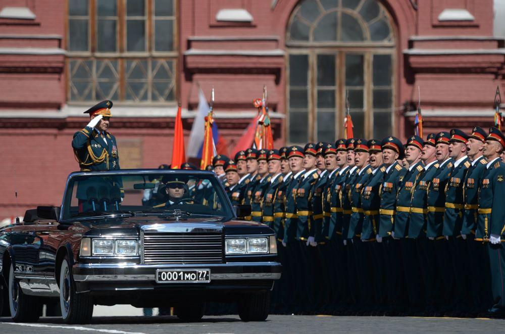 الجنرال العسكري سيرغي شويغو يحي الجنود الروس قبيل العرض العسكري على الساحة الحمراء بمناسبة الذكرى الـ 71 لعيد النصر (1941-1945) في موسكو.