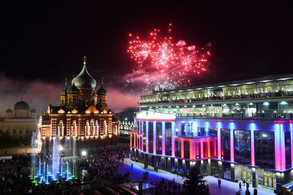 الألعاب النارية في مدينة تولا الروسية بمناسبة الاحتفالات بالذكرى الـ 71 لعيد النصر على النازية في الحرب الوطنية العظمى (1941-1945).